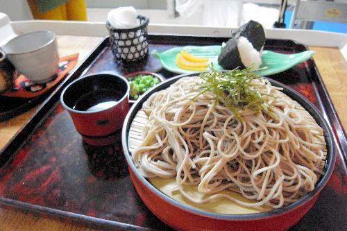 写真:羽根挑戦者が昼食に注文したそばとおにぎり=北海道上川町、小川雪撮影