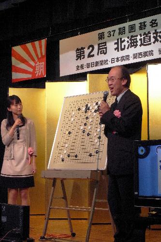 写真:大盤解説会で解説する大矢浩一九段(右)と下坂美織二段=北海道上川町、小川雪撮影