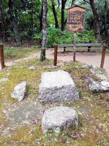 写真:豊臣秀吉が愛用したと伝えられる石の碁盤=神戸市北区の瑞宝寺公園