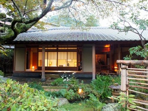 写真:対局室となった「偲豊庵」。和室の右側に水琴窟がある=神戸市北区の有馬温泉「御所坊」