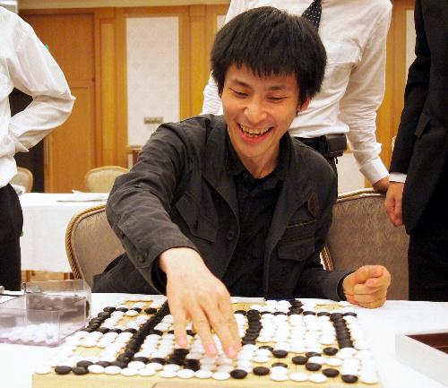 写真:自作の詰碁を解説する張栩棋聖
