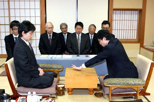 写真:第一着を打つ井山裕太名人(右)。左は山下敬吾本因坊=5日、静岡県下田市の「清流荘」、松本敏之撮影
