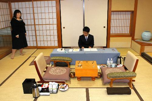 写真:停電のため、対局が一時中断した=5日午前11時26分、静岡県下田市、松本敏之撮影