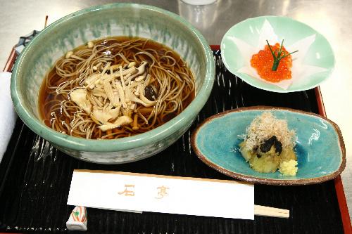写真:井山裕太名人の昼食はあたたかいキノコそば=14日、静岡県熱海市、松本敏之撮影
