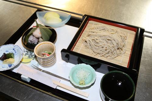 写真:井山裕太名人の昼食のソバ=27日午前11時55分、静岡県伊豆市の「鬼の栖」、松本敏之撮影