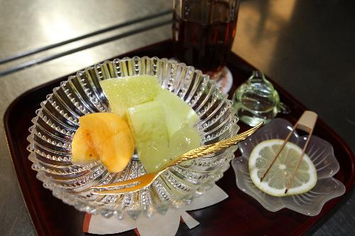 写真:井山裕太名人に出されたフルーツとアイスティー=28日午後2時53分、静岡県伊豆市の「鬼の栖」、松本敏之撮影