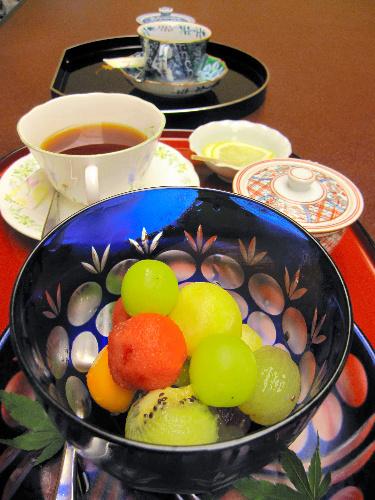 写真:3時のおやつ。挑戦者はフルーツと紅茶(手前)を頼んだが、名人はコーヒーのみ(奥)
