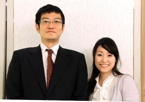 写真:31日午後の大盤解説会で、解説をつとめる秋山次郎八段(左)と万波奈穂二段