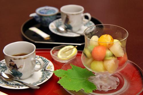 写真:羽根挑戦者が頼んだフルーツ盛り合わせと紅茶(手前)と、山下名人が頼んだコーヒー。
