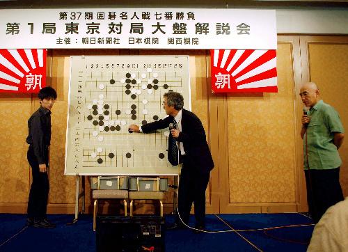 写真:現地の大盤解説会には、張栩棋聖(左)や武宮正樹九段(右)らトップ棋士がサプライズ出演し、会場をわかせた。真ん中は石田秀芳二十四世本因坊=東京都文京区の椿山荘