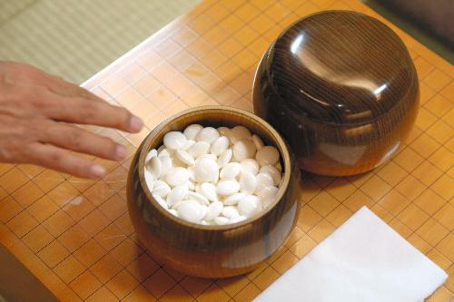 写真:対局に使われる碁盤と碁石=26日午後5時39分、宮崎市のシーガイアコンベンションセンター