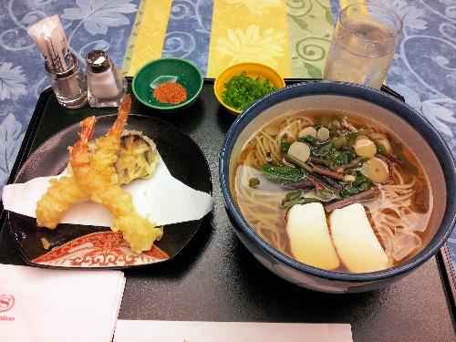 写真:羽根挑戦者の昼食の温かい天ぷらそば=宮崎市、小川雪撮影