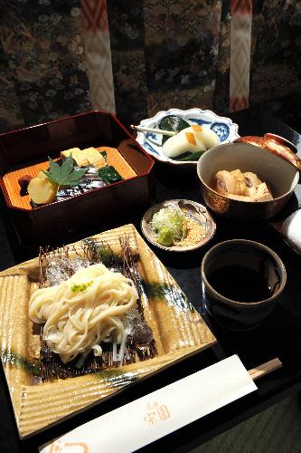 写真:羽根直樹九段の昼食=11日、仙台市太白区の茶寮宗園、山本和生撮影