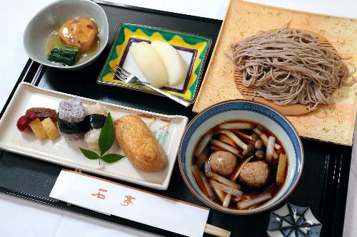 写真:羽根直樹挑戦者の昼食=31日午後、静岡県熱海市、矢木隆晴撮影