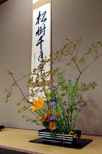 写真:対局室の床の間に飾られた生け花と掛け軸=31日午後、静岡県熱海市、矢木隆晴撮影