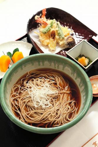 写真:羽根直樹九段の昼食=1日午後0時9分、静岡県熱海市、矢木隆晴撮影