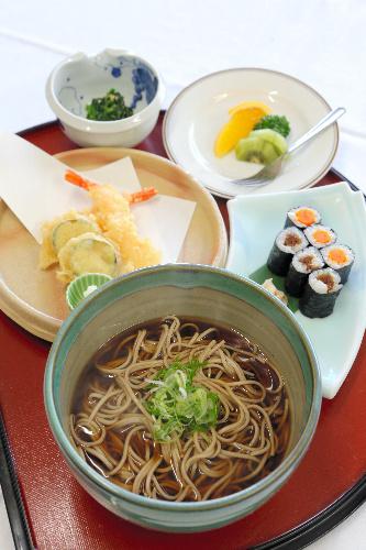 写真:囲碁名人戦第7局の昼食=12日午後、甲府市、長島一浩撮影