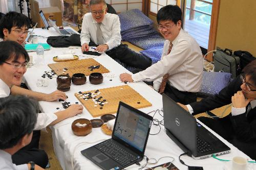 写真:検討室で第7局の様子を映すモニターを見る人たち=12日午後、甲府市、長島一浩撮影