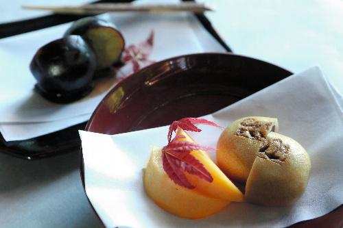 写真:対局室に出されたお菓子=12日午後、甲府市、長島一浩撮影