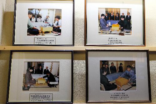 写真:常磐ホテルの2階に掲げられている囲碁名人戦の写真=12日午後、甲府市、長島一浩撮影