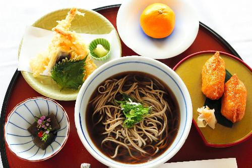 写真:名人戦第7局2日目の昼食=13日午前、甲府市、長島一浩撮影