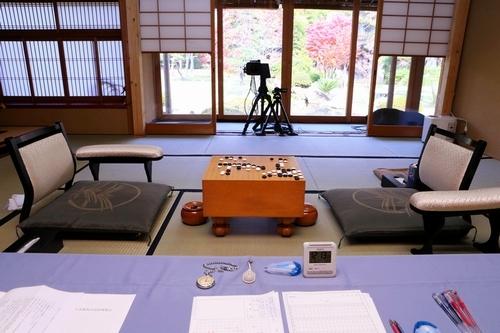 写真:昼食休憩中。記録係から見た対局室=13日午後、甲府市、長島一浩撮影