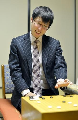 写真:感想戦で笑顔をみせる井山裕太本因坊=22日夜、神戸市中央区、諫山卓弥撮影