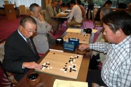 写真:「白黒つけよう」と囲碁で交流を図った白石、黒石両市の市民大会=宮城県白石市小原の旅館いづみや