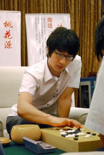 写真:優勝した韓国の朴永訓名人=20日、中国湖南省常徳市、伊藤写す