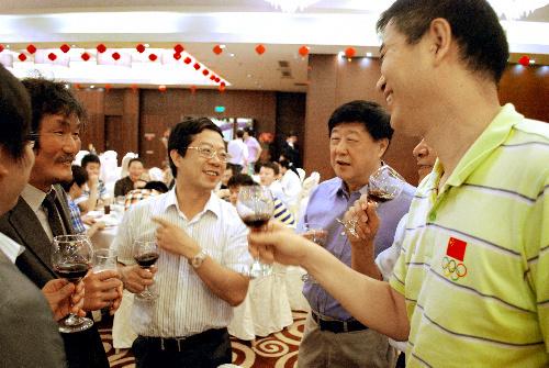 写真:中国の大会関係者たちが趙治勲二十五世本因坊(左)の出場を歓迎する。中央右側が劉思明院長=5日、中国福建省アモイ市