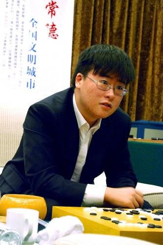 写真:日中韓3カ国の名人対決で頂点に立った中国の江維傑名人=13日、中国湖南省常徳市