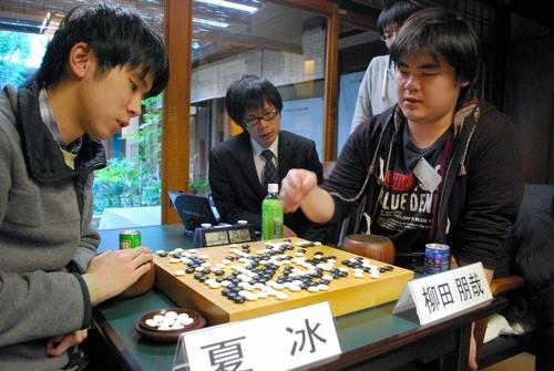 写真:初優勝した立命館大1年の柳田朋哉さん(右)。左は準優勝の夏冰さん=25日、京都市左京区