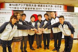写真:手を重ね、団結力をアピールする囲碁日本代表=10月26日、東京都千代田区