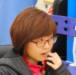 写真:頭に10本以上の針を刺して対局に臨む韓国の李瑟娥