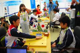 写真:日本男子は予選で韓国に2—3。手前は主将戦の韓国・李昌鎬—日本・山下敬吾(右)