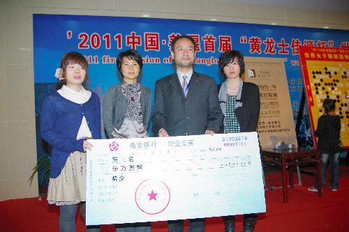 写真:3位になった日本チーム。(右から)謝依旻女流本因坊、後藤俊午団長、吉田美香八段、向井千瑛四段=日本棋院提供