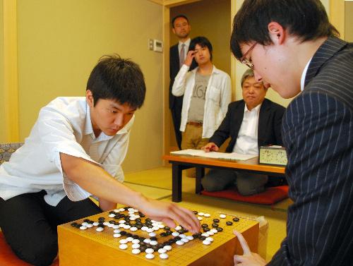 写真:井山裕太名人(右)に敗れた金成進さん=2日、大阪市北区