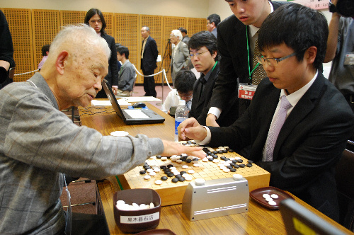 写真:平田博則選手(左)は8回戦で白宝祥選手に敗れ、5位に終わった=1日、松江市