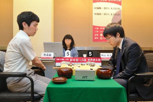 写真:LG杯2回戦、井山裕太名人(右)が李昌鎬九段に敗れ、日本勢の全員敗退が決まった=日本棋院提供