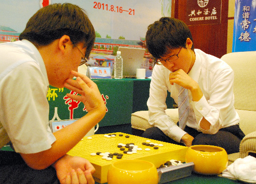 写真:第2戦に敗れ、決勝進出を逃した井山裕太名人(右)=19日、中国湖南省常徳市