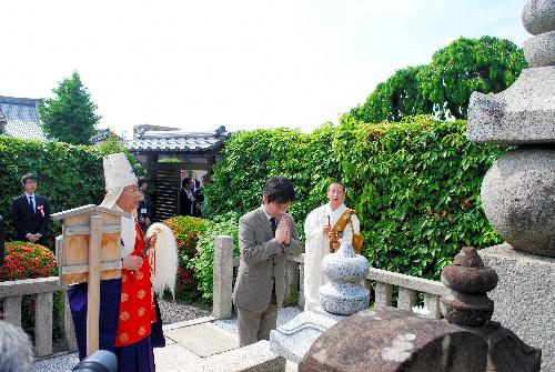 写真:本因坊算砂の墓前で手を合わせる山下敬吾本因坊=14日、京都市左京区の寂光寺