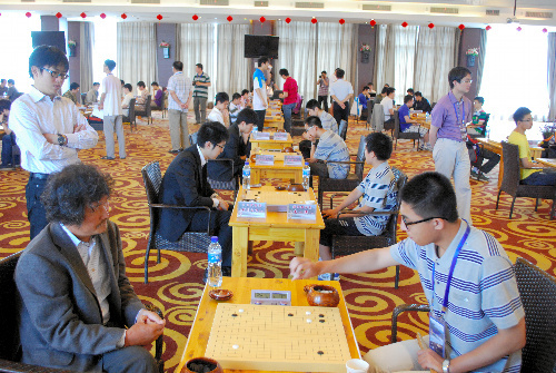 写真:中国乙級リーグで戦う日本チーム(左側)=8日、中国福建省アモイ市