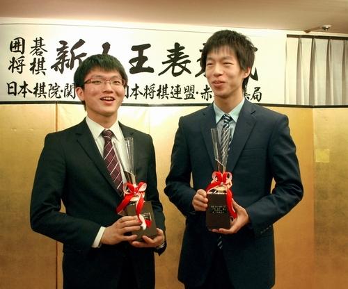 写真:優勝カップを手に談笑する囲碁の金沢真新人王(右)と将棋の永瀬拓矢新人王