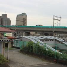 田端(2) かわいい駅舎越しに新幹線の高架を眺める
