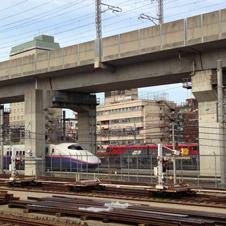 〈グッとくる鉄道〉田端の駅舎越しに新幹線の高架を眺める