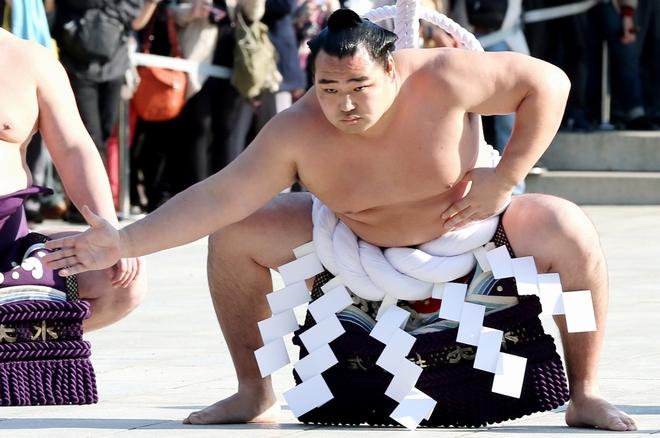 雲竜型の土俵入りを披露する鶴竜 鶴竜に関するトピックス:朝日新聞デジタル メインメニューをとばし