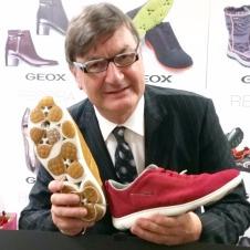 「呼吸する靴」を蒸れる砂漠で発案
