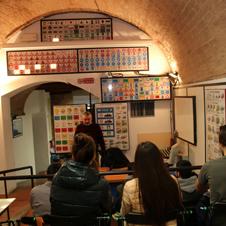 イタリアの商店<第7回>中世の面影を残す自動車教習所
