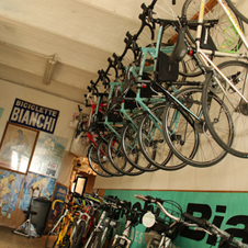 〈イタリアの商店〉「中古車」を勧める自転車店