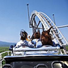 富士山周辺のフライト体験、絶叫系や温泉も 冬の富士急ハイランド